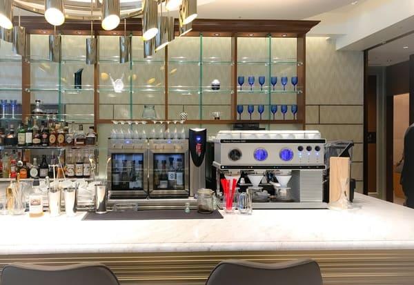 ロッシニテラスはバーカウンターも備えた明るい雰囲気の店内でした
