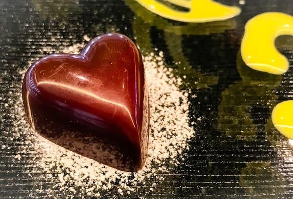 トシ・ヨロイヅカ東京 カウンターデザート 前菜プレートのボンボンショコラ 写真 ブログ