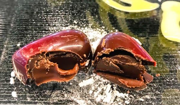トシ・ヨロイヅカ東京 カウンターデザート 前菜のチョコレートボンボン