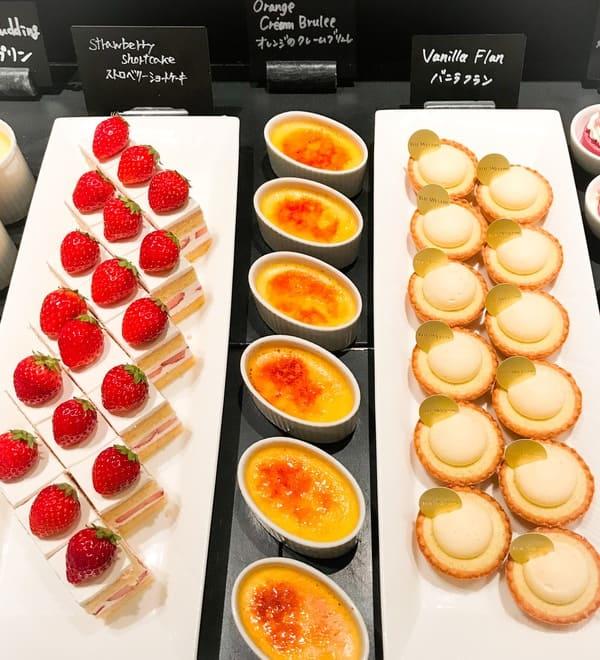 ザ・テラス ストロベリーデザートブッフェ 2019年4月 アトリエコーナー写真 バニラフラン、オレンジのクレームブリュレ、ストロベリーショートケーキ