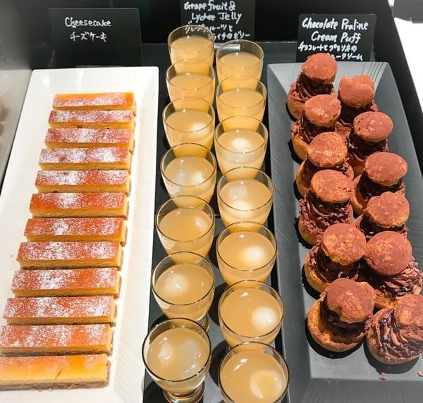 ザ・テラス ストロベリーデザートブッフェ アトリエコーナー2019年4月 写真 ブログ チョコレートとプラリネのシュークリーム、グレープフルーツとライチのゼリー、チーズケーキ