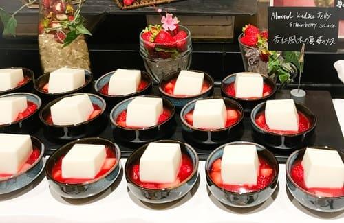 ザ・テラス ストロベリーデザートブッフェ 杏仁風味の葛 苺のソース