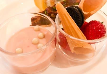 ザ・テラス ストロベリーデザートブッフェ 苺のディップ グラスを分けた写真