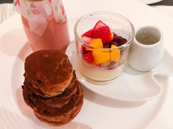 ザ・テラス ストロベリーデザートブッフェ 苺のメープルラッシー、豆花、【アトリエ】チョコレートとプラリネのシュークリーム