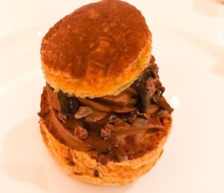 ザ・テラス ストロベリーデザートブッフェ チョコレートとプラリネのシュークリーム