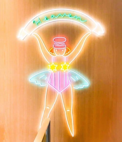 ピエール・エルメ・パリ青山 2階への階段踊り場のマカロンの妖精「マカロン ベイビー」が可愛い♡