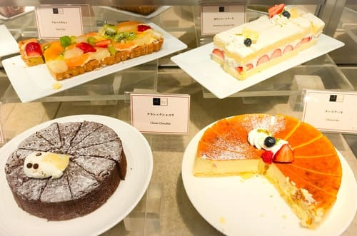 帝国ホテル インペリアルバイキングサール ケーキブッフェ台 フルーツタルト、苺のショートケーキ、クラシックショコラ、チーズケーキ