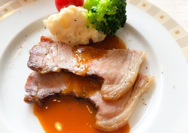 帝国ホテル東京 サール ローストポークに伝統のポテトサラダ