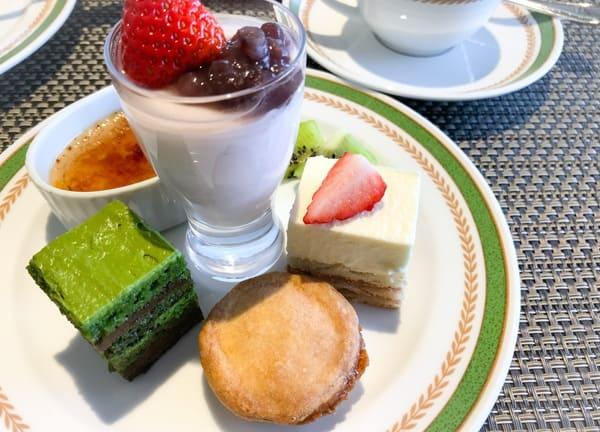 紅茶のクレームブリュレ、いちごのブランマンジェ、いちごのロイヤルブラン、抹茶のオペラ、エンガディーナ