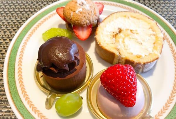 いちごのダックワーズ、ハチミツのロールケーキ、ムースショコラ、ムースフレーズ
