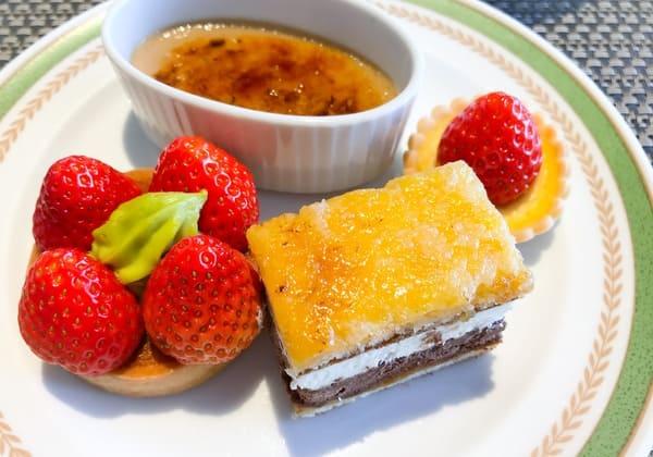 紅茶のブリュレ、いちごのクラフティー、いちごのタルト、サンマルク