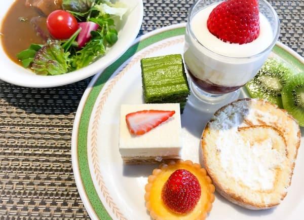 スイーツブッフェ 豚バラ野菜カレー、抹茶のオペラ、いちごのグラスショート、いちごのロイヤルブラン、いちごのクラフティー、ハチミツのロールケーキ