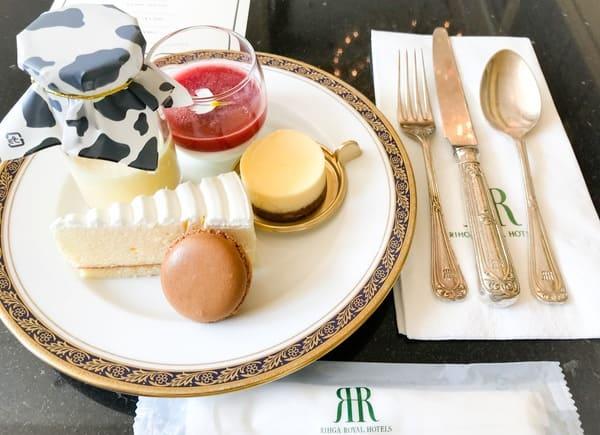 リーガロイヤルホテル東京スイーツビュッフェ メニュー やわらかチーズプリン、パンナコッタ苺ソース、レアチーズケーキ、幸せのチーズケーキ、マカロン(塩キャラメル)