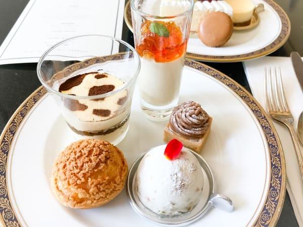 リーガロイヤルホテル東京 スイーツブッフェメニュー 牛模様のティラミス、フロマージュブランのムースとキャラメルのジュレ、栗とゴルゴンゾーラのモンブランタルト、カスタードシュークリーム、カッサータ