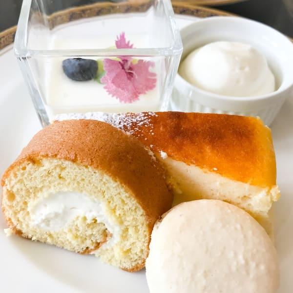 リーガロイヤルホテル東京 スイーツブッフェメニュー フルーツ杏仁、ふわふわクレームダンジュ、チーズクリームのしっとりロールケーキ、スフレチーズケーキ、マカロン(レアチーズ)