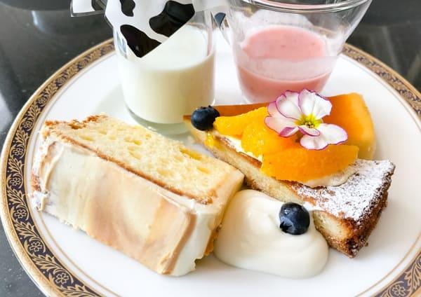 リーガロイヤルホテル東京 とろけるミルクブラマンジェ、苺ミルクスムージー、キャラメルクリームのふわふわチーズシフォン、ベイクドチーズケーキ、オレンジのタルト ヨーグルトソース