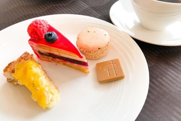 ホテルニューオータニ東京 スイーツビュッフェ ピエール・エルメ・パリ&SATSUKI 最後にお代わりしたスイーツのお皿 ブログ
