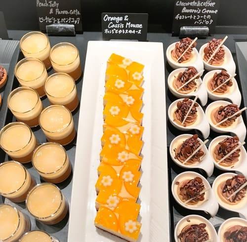 ザ・テラス アトリエコーナー チョコレートコーヒーのババロア、オレンジとカシスのムース、ピーチゼリーとパンナコッタ