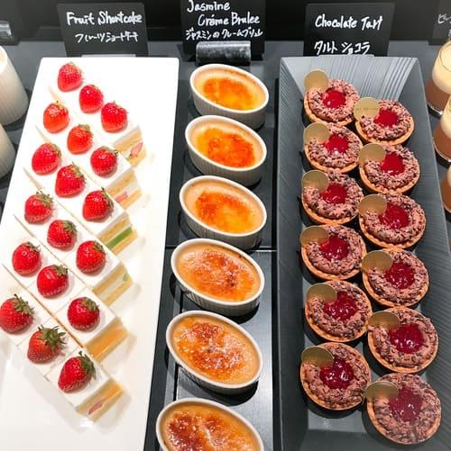 ザ・テラス アトリエコーナーメニュー タルトショコラ、ジャスミンのクレームブリュレ、フルーツショートケーキ