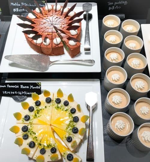 ザ・テラス アトリエコーナーメニュー 紅茶プリン、抹茶とビターチョコレートのムース*、レモンとフロマージュブランのムース*
