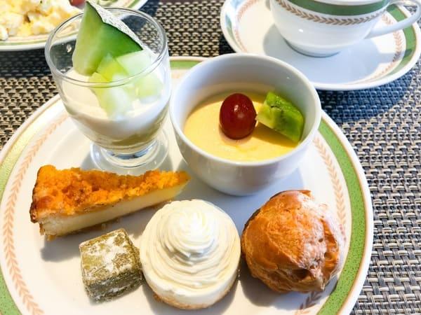 川崎日航ホテル 夜間飛行 スイーツブッフェ メロンのグラス、チーズプリン、ベイクドチーズケーキ、ほうじ茶クッキー、チーズのモンブラン、赤ワインチーズシュー*