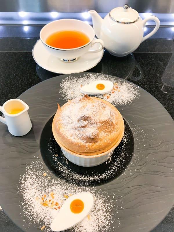 鎧塚俊彦 京橋 カウンターデザート『卵のスフレ』と紅茶の『UVA』