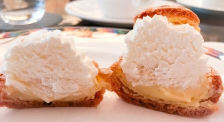 下のカスタードも甘さは抑えめで、全体的に乳製品の素材の味わいを楽しむタイプのシンプルなシュークリーム