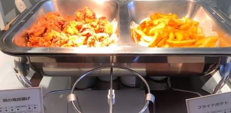 夜間飛行 軽食 鶏の竜田揚げとフライドポテト