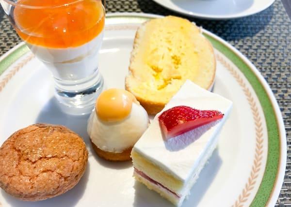 杏のグラス、トロピカルロール、チーズのダックワーズ、ハニーチーズ、苺のショートケーキ