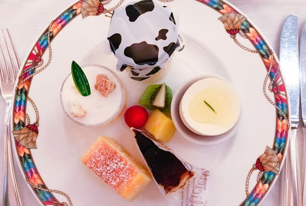 ヨーグルト&チーズミルク、パイナップルとパッションフルーツのクリームチーズタンバル、ハチミツとローズマリーのレアチーズケーキ、チーズテリーヌ、バスク風チーズケーキ