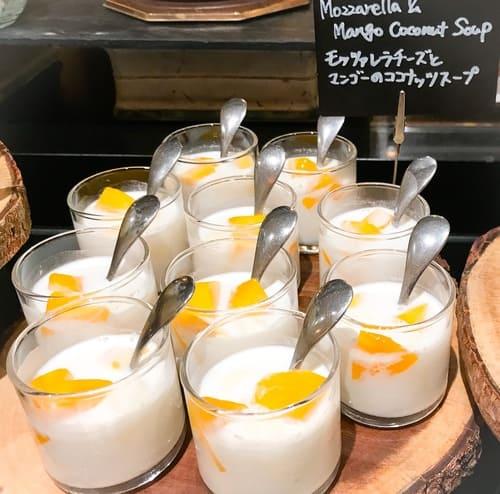 モッツアレラチーズとマンゴーココナッツスープ
