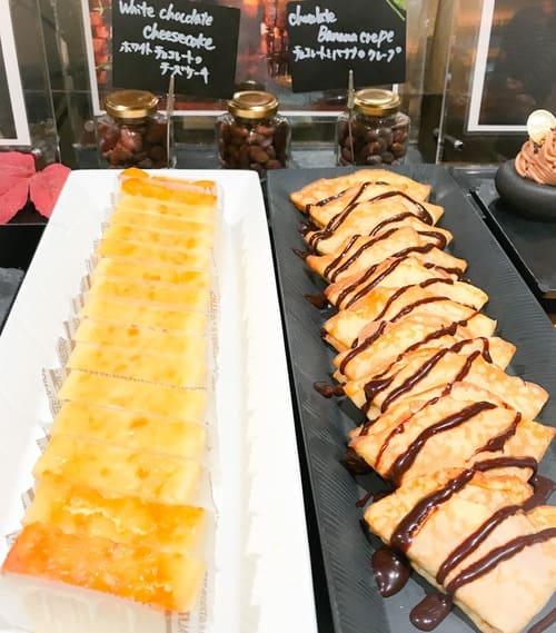 ホワイトチョコレートのチーズケーキ、チョコレートとバナナのクレープ*
