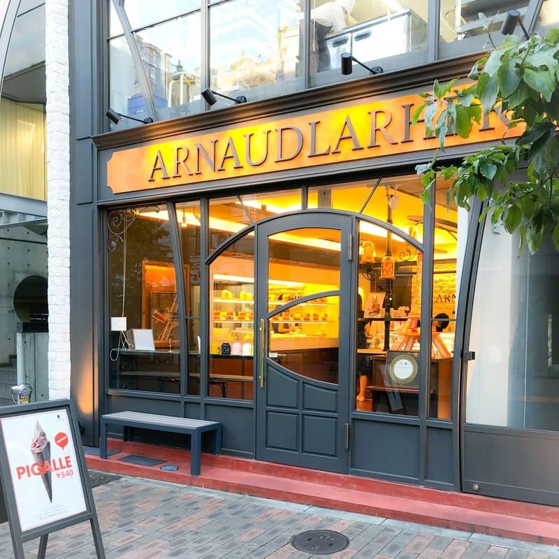 広尾駅から少し歩きます。通りに面した2階建ての店舗が「アルノー・ラエール パリ 広尾本店」