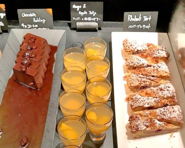 ルバーブのタルト、マンゴーと林檎のゼリー、チョコレートのスポンジプリン*