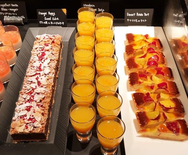 ザ・テラス サツマイモのタルト、マンダリンオレンジゼリー、けしの実とオレンジのケーキ*