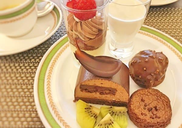 夜間飛行 チョコレートスイーツブッフェ2019年11月 メニュー 苺とチョコのグラス、珈琲とホワイトチョコのブランマンジェ、デリスショコラ、チョコシュー、ガレットブルトンショコラ