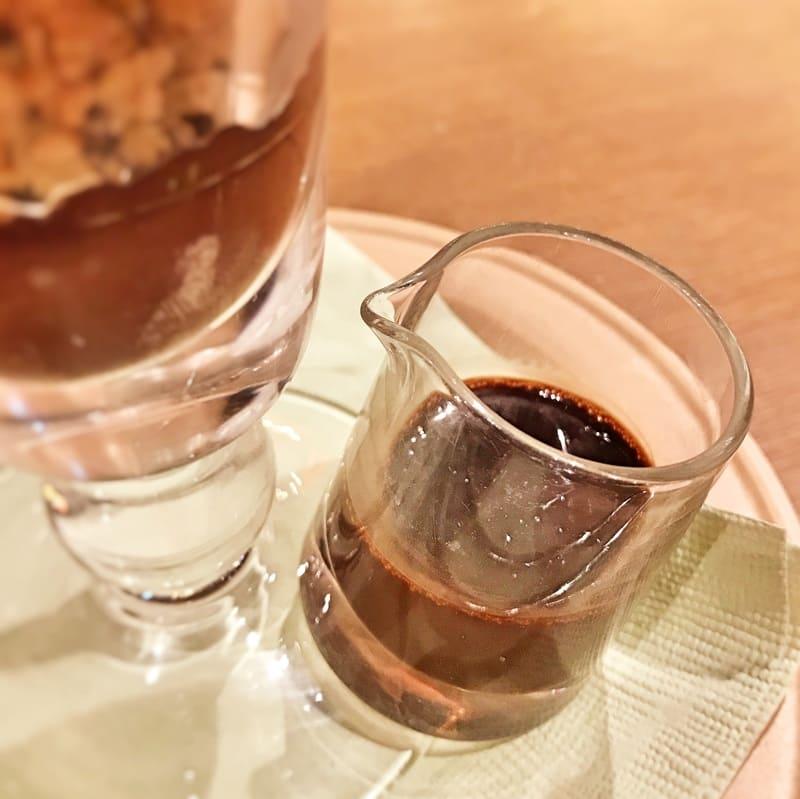 「都マロン」パフェで重要な役割の黒蜜ショコラソース
