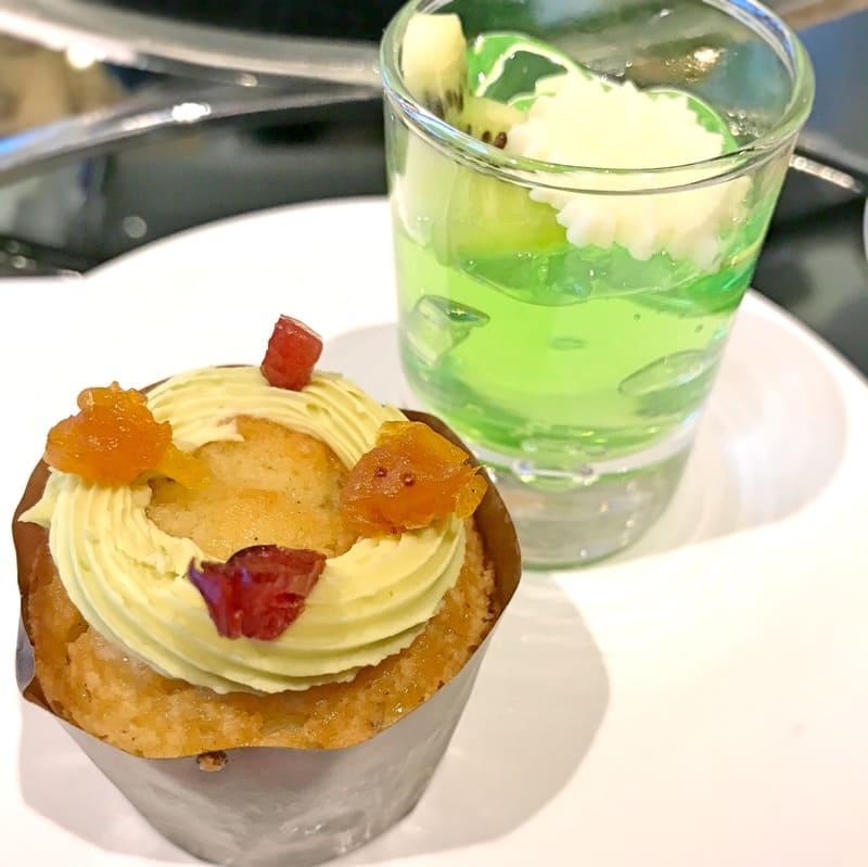 銀座 グランラウンジ アフタヌーンティー メニュー濃厚ピスタチオクリームとドライフルーツリースのリースカップケーキ、ライムジュレとホワイトチョコレートのマリアージュ