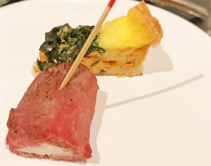 ザ・グランラウンジ アフタヌーンティー メニュー ローストビーフとクリームチーズのルーロー ペッパー風味、サーモンとほうれん草のキッシュ
