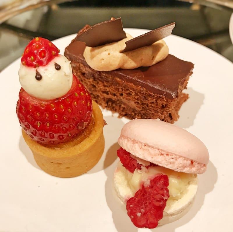 銀座シックス グランラウンジクリスマスアフタヌーンティー メニュー タルト・オ・フレーズ、フォレノワール風大人のチョコレートケーキ、バニラガナッシュとラズベリーのマカロン