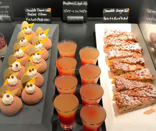 チョコレートとオレンジのタルト*、ラズベリーとりんごのゼリー、ドームショコラプラリネシトロン*
