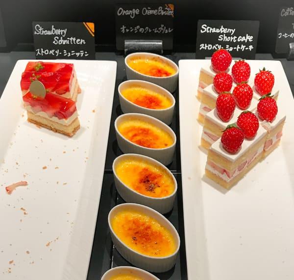 ストロベリーショートケーキ、オレンジのクレームブリュレ*、ストロベリーシュニッテン*