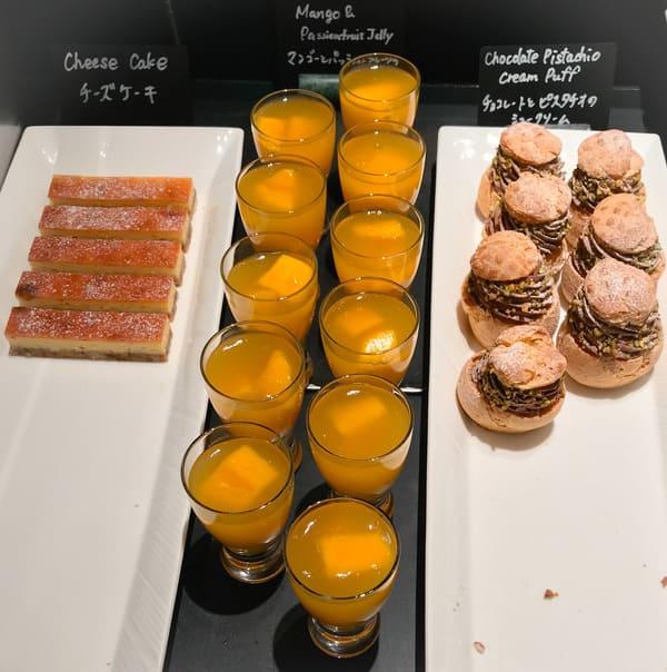 チョコレートとピスタチオのシュークリーム、マンゴーとパッションフルーツのゼリー、チーズケーキ