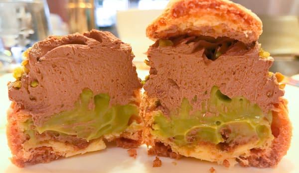 チョコレートとピスタチオのシュークリーム断面