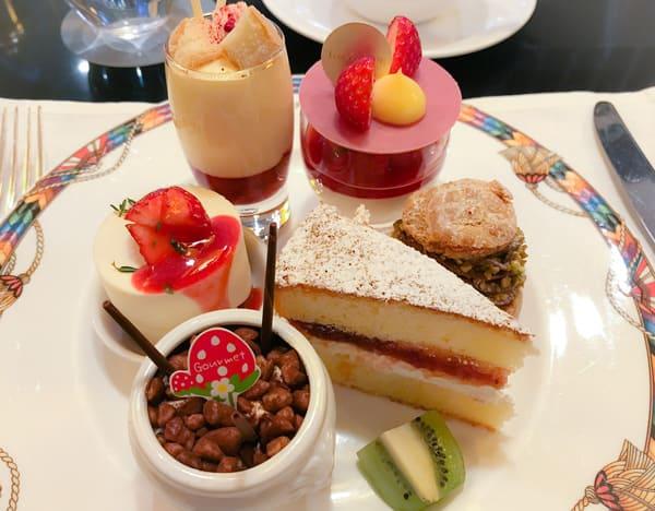 苺のマリネとザバイオーネ、ババロアバニラ苺のソース添え、ストロベリーレアチーズケーキ、ビクトリアケーキ、チョコレートとピスタチオのシュークリーム、苺のティラミス
