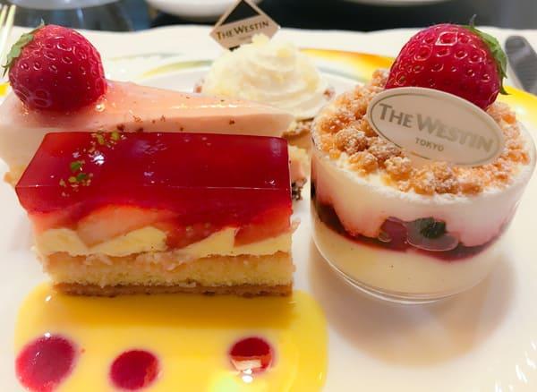 【アトリエ】ダブルチーズタルト、ストロベリーシュニッテン*、【アトリエ】苺とフロマージュブランのムース*、苺と赤いベリーのクランブル添え