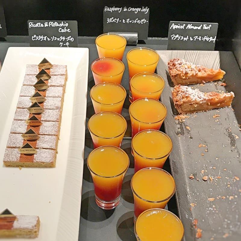 ザ・テラス デザートメニュー アプリコットとアーモンドのタルト、ラズベリーとオレンジのゼリー、ピスタチオとリコッタチーズのケーキ