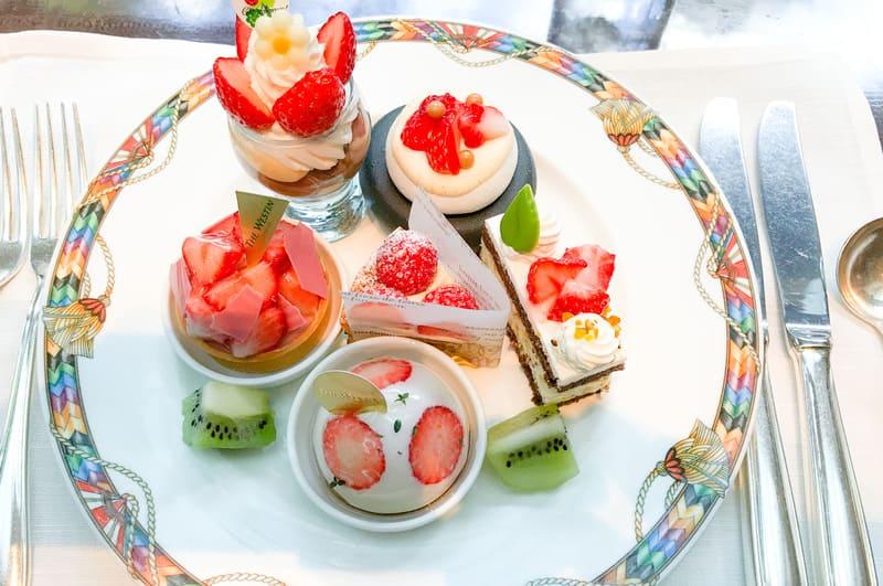 ザ・テラス2020年2月デザートブッフェメニュー レモンミルクチョコレートのクリーム苺のフラワー仕上げ、苺のパブロバ、苺とルビーチョコレートのタルト、タルトフレーズ、レモンのカッサータ*、苺とチーズのドーム