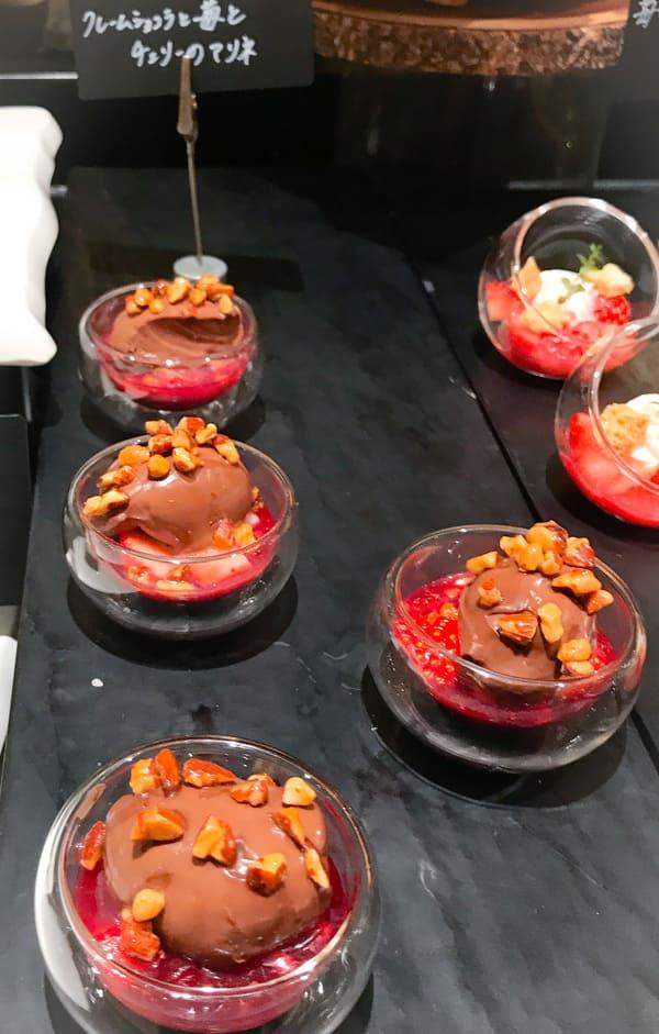 クレームショコラと苺とチェリーのマリネ
