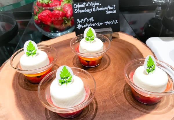 クレメダンジュ苺とパッションフルーツのソース